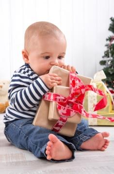 Weihnachten - Baby mit Geschenk - Familie